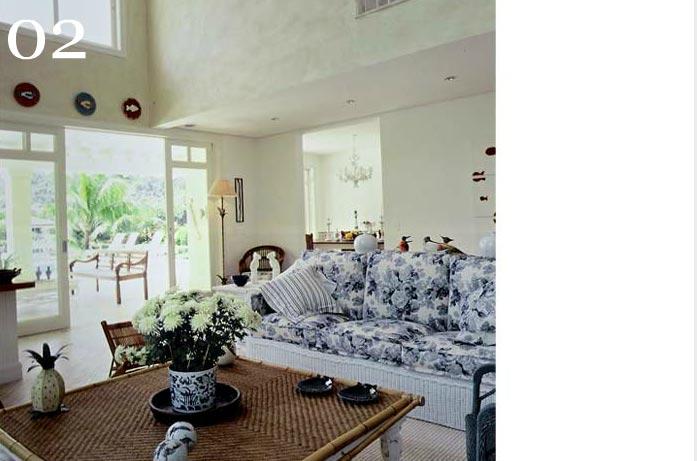 clarisse reade design de interiores living tons claros estampas florais azul e branco tapete fibra natural