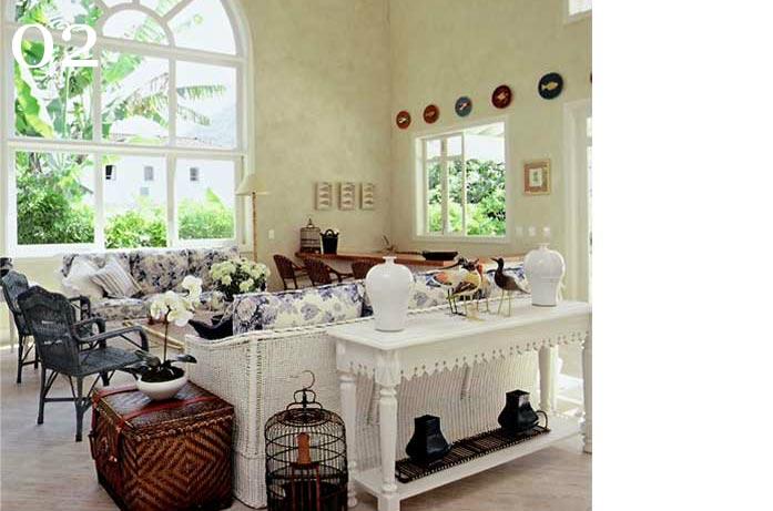 clarisse reade design de interiores living tons claros estampas florais azul e branco aparador usado atrás do sofá