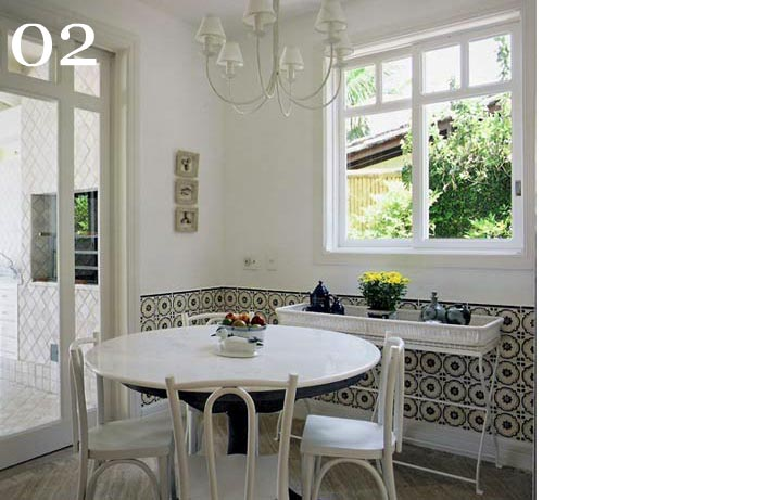 clarisse reade design de interiores sala de almoço mesa redonda tampo mármore cadeiras brancas azulejo decorado parede com azulejo