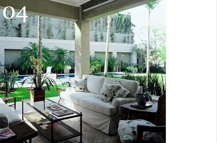 clarisse reade sofá branco na área externa terraço com painel de proteção solar